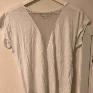 T-shirt med håligt tyg vid bysten. Du står för frakten