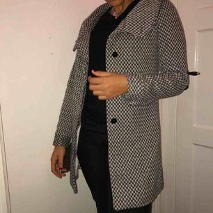 Kortare kappa i rutigt mönster, väldigt söt och bra passform. Möts eller fraktar:)