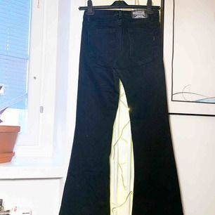 Utsvängda Jeans från crocker. Modellen är tight upptill och skarpt utsvängd nertill, snygg till det mesta. Ett måsteplagg i garderoben. Knappt använda