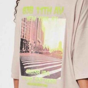 Beige oversize T-shirt, skit snygg !