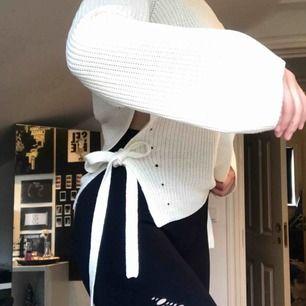 Super fin vit oversized stickad tröja med söta knytningar vid sidan, köpt på Lindex för några år sedan men aldrig använd. ✨ Nypris 289kr 💛