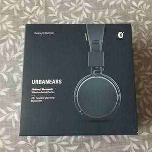 Plattan 2 Bluetooth från UrbanEars i färgen Indigo. Inköpta för en månad sedan, säljer för att jag fick ett par Airpods som jag har mer användning för. Möts upp eller köparen betalar frakt. Kvitto finns! :)