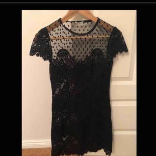 Helt oanvänd Ida Sjöstedt klänning. Säljer åt min syster o hon köpte den för 2500kr men den kom aldrig till användning.