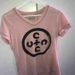 En snygg Moschino T-shirt i storlek S!