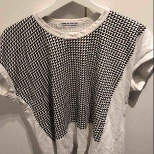 En jäääättefin Comme des Garçons T-shirt i ett bra skick som lätt går att matcha med mycket.