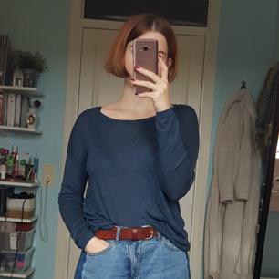 Mörkblå tunn finstickad tröja