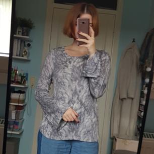 Jättemysig finstickad tröja från Gina Tricot med utsvängda armar och grått mönster