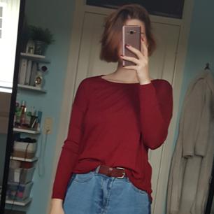 Tunn finstickad tröja i en fin röd färg