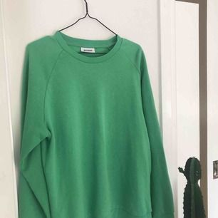 En as cool grön sweatshirt ifrån Weekday, använd fåtal gånger!☁️💖☁️