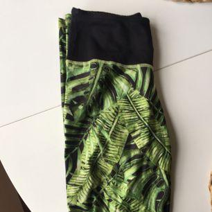 Yoga tights i fint mönster !  Inköpta på Bali, inte använda mycket ca 3ggr! Frakt tillkommer