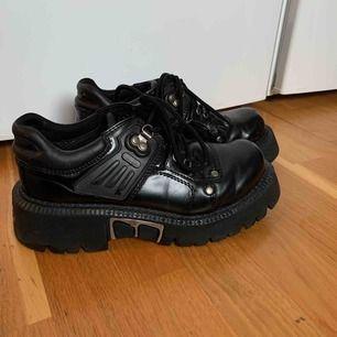 Skit coola gamla chunky skor från när pappa var ung, Trendiga ganska lika eytys angels!! Fynda, hade sparat dem om det var min storlek!