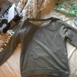 Basic tröja från Gina med tryck på armen. Används ej av mig längre, så säljer vidare! Pris kan diskuteras 🥰