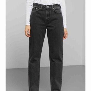 Gråa jeans i modellen voyage från weekday. Köpta här på Plick men var för stora. Skulle nog säga det är mer 25 för är uttöjd. Bra skick, men använd enstaka gånger av hon jag köpte från. Själv har jag bara provat. Skriv gärna för mer info/bilder 🌜✨