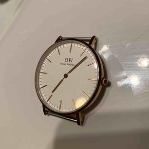"""Klocka från Daniel Wellington i modellen """"Glasgow"""".  Färgen är guld/koppar och själva klockan är 36mm.  Originalpris på deras hemsida är 1 399kr. (Läs mer i kommentarer)"""