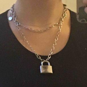 Super snyggt, oöppnat halsband ifrån dollskill! Råkade nämligen beställa två så säljer det andra🥰 Kan mötas upp i Stockholm annars står köparen för frakten. Ha det mys! // Liv 🍒