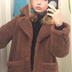 säljer vääääääärlden mysigaste fluffjacka. köpt på monki förra vintern. den har hängt i min garderob i snart ett år nu utan att jag har använt den en enda gång, så kände att det var dags att sälja den:) kan mötas upp i centrala stockholm:)