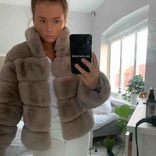 Faux fur beige/rosa jacka. Aldrig använd, köpt för 1500kr buda över 500. Jättefint skick. Kontakta för fler bilder
