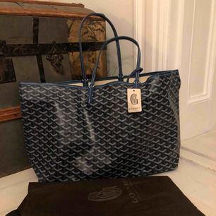 Goyard handväska mörkblå i den största storleken. Kan ej bevisa äkthet. Aldrig använd. Frakt är inkluderat. Kom gärna med egna bud! 😊
