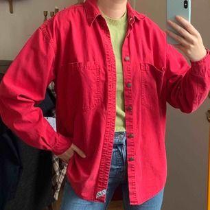 Levis skjorta köpt vintage, därav kan lite slitage finnas men fortf väldigt bra kvalitet!! Frakt är inräknat i priset. Storlek s