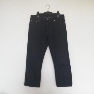 Acne Studios Pop Raw i stl 36. Croppade jeans i boyfriend-modell som funkar både relaxed på höften och lite högre upp med normal midja. Gjorda i rådenim. Nypris 1800 kr. Frakt 63 kr.