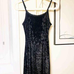 Sammets klänning i svart köpt på Beyond Retro. Otroligt fin, kan bäras både till vardags och till fest. Aldrig använd då Jag köpt denna i för liten storlek.