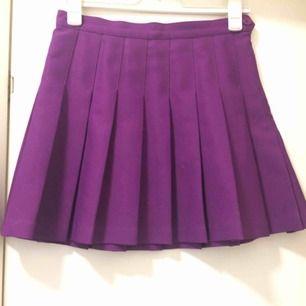 Lila kjol från american apparel i bra skick! Märkt med storlek L men den är väldigt liten i storleken och uppskattas snarare till en stor S eller liten M. Frakten ingår i priset. Inlägget finns publicerat på flera sidor!
