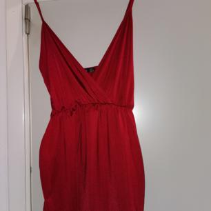 Säljer nu en röd klänning perfekt för julen. Oanvänd. Stretch material. Storlek 44 men passar 40-46.