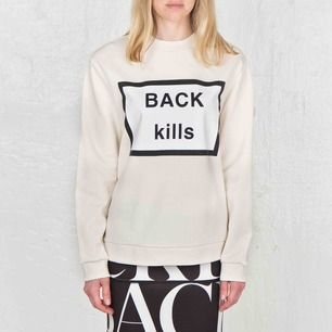 BACK sweatshirt strlk 40. Trycket fint! Upptäckte några diffusa prickar vid syning, har försökt att fånga dessa i extrafoton. Avhämtas eller skickas mot 63:-