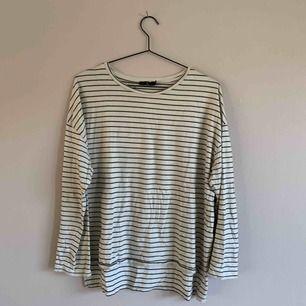 Den perfekta randiga tröjan! Ekologisk bomull. Sparsamt använd.  60pp 36:-