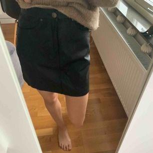 Jättefin kjol i läderimitation, lite stor för mig därför säljer jag den, frakt tillkommer! Använd ca 2 ggr:) Kan även mötas upp!