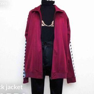Säljer min kappa tröja som jag aldrig använt pågrund av fel storlek. Har en vinröd och även en likadan svart . Dem båda är storlek XL men mera som L (unisrx) köptes för 799kr st 🌸  och säljer en för 400 och båda för 600kr :)