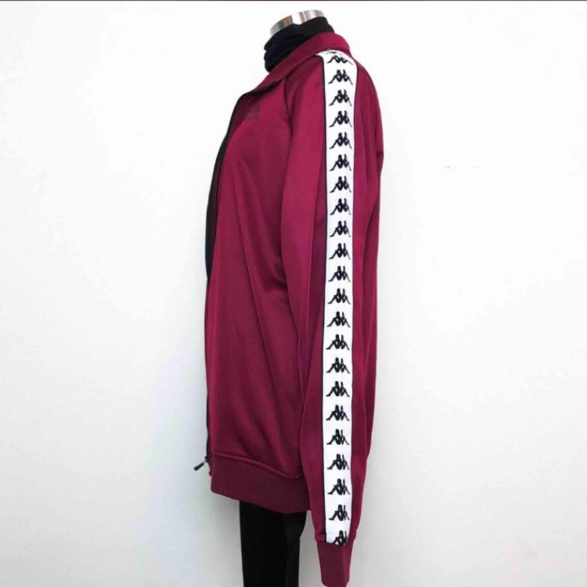 Säljer min kappa tröja som jag aldrig använt pågrund av fel storlek. Har en vinröd och även en likadan svart . Dem båda är storlek XL men mera som L (unisrx) köptes för 799kr st 🌸  och säljer en för 400 och båda för 600kr :)   . Jackor.
