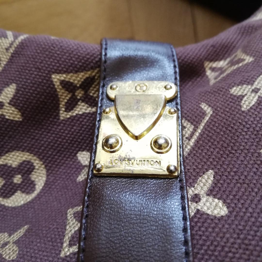 Coola fejk Louis Vuitton spetsiga 90-tals stövlar med smal stilettklack köpta på Humana. Stl 38 men tycker det är en rymlig 38. Spännena+dragkedjan har LV logo. Fuskskinnet i remmarna är lite slitet på vissa ställe men najs ändå. Frakt 55 kr. . Skor.