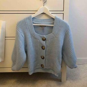 Sjukt mysig blå stickad tröja som även funkar som kofta. Använd en enda gång och i nyskick!