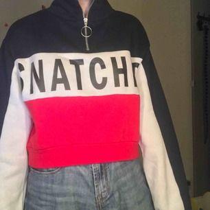 """Mysig och fin sweater med trycket """"snatched"""" på. Knappt använd och säljer för 100 kr + frakt då original priset är runt 240 kr."""
