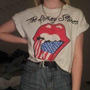 The Rolling Stones t-shirt, (trycket har några sprickor som syns på första bilden) säljer för 40 kr + frakt. 🇺🇸