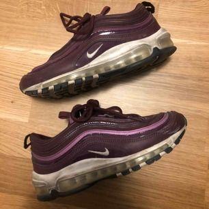 Nike Air Max 97! Lila och väldigt oanvända pga för stora! Väldigt fräscha och inköpta för 1200kr, pris kan absolut diskuteras då jag vill bli av med de snabbt! Frakt ingår i priset! Kan mötas upp i sthlm/uppsala om man vill det:)