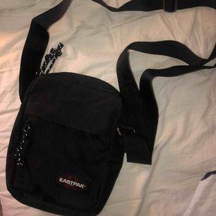eastpak the one väska || använd 1-2 ggr så den är i nyskick || justerbara band och mycket utrymme || nypris 299kr säljer för 180kr + fraktkostnad 🦋