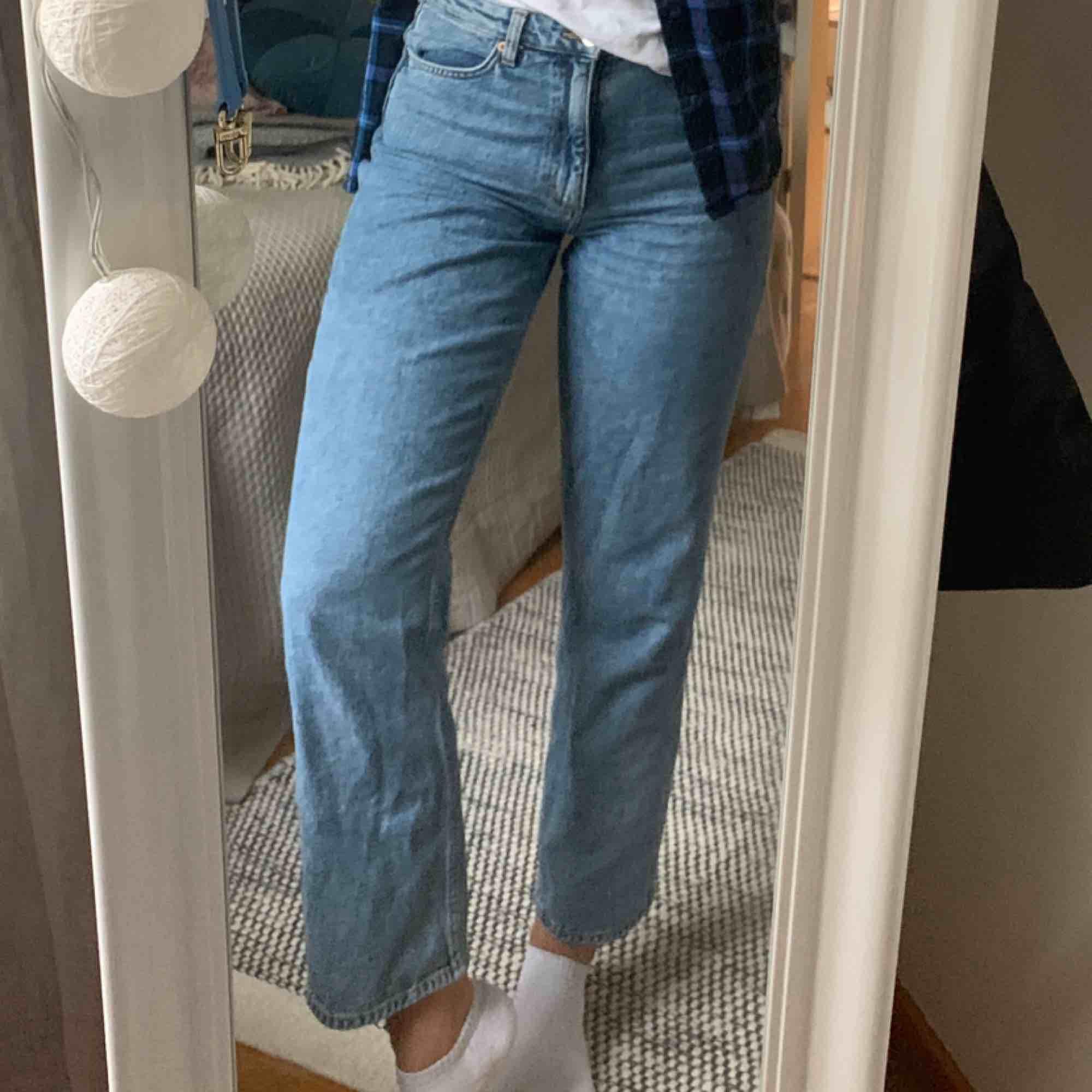 Säljer mina blåa jeans från monki i storlek 27. Jeansen är i rak modell och är använda cirka 5ggr. Möts upp! Helst på Södermalm.. Jeans & Byxor.