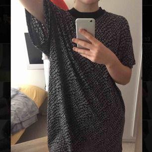 Oversized t-shirt/klänning i gråsvart ormskinsliknande mönster!