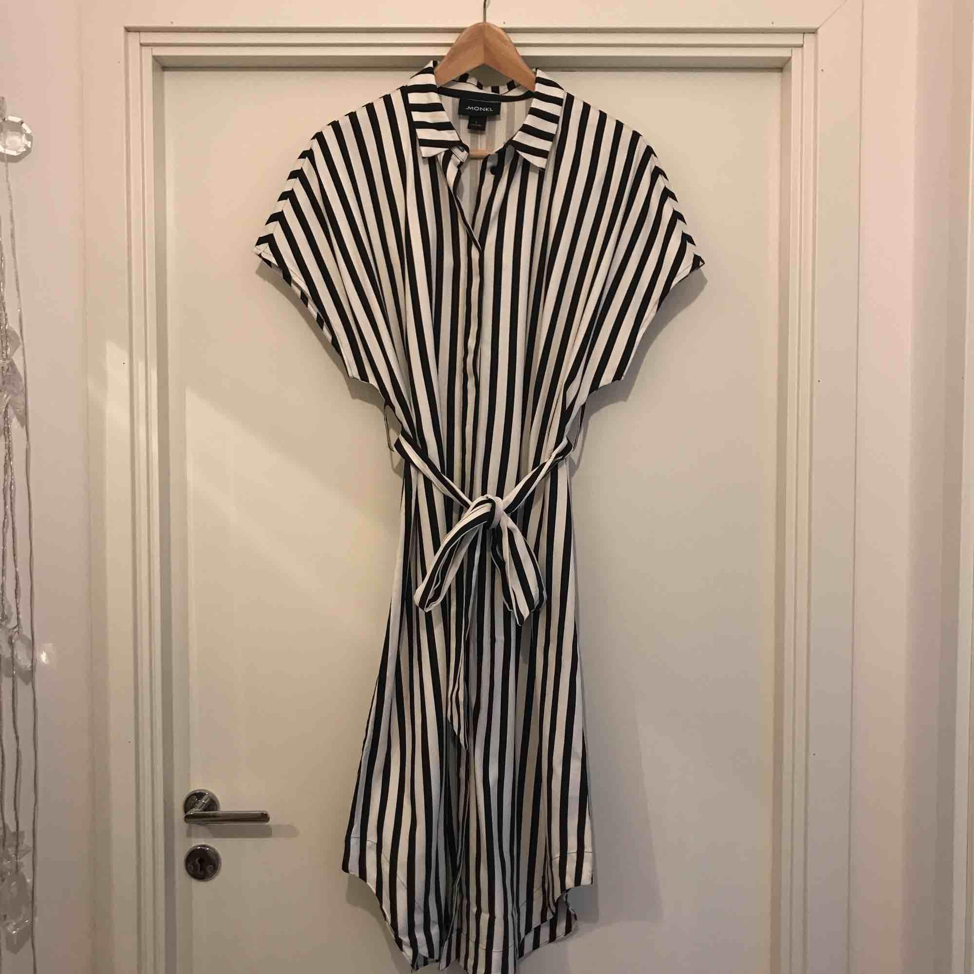 Ny, oanvänd klänning. Knäppning hela vägen. Frakt ingår i priset.. Klänningar.