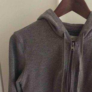 Mysig Hollister hoodie med dragkedja, mellangrå. Normalt begagnat skick!