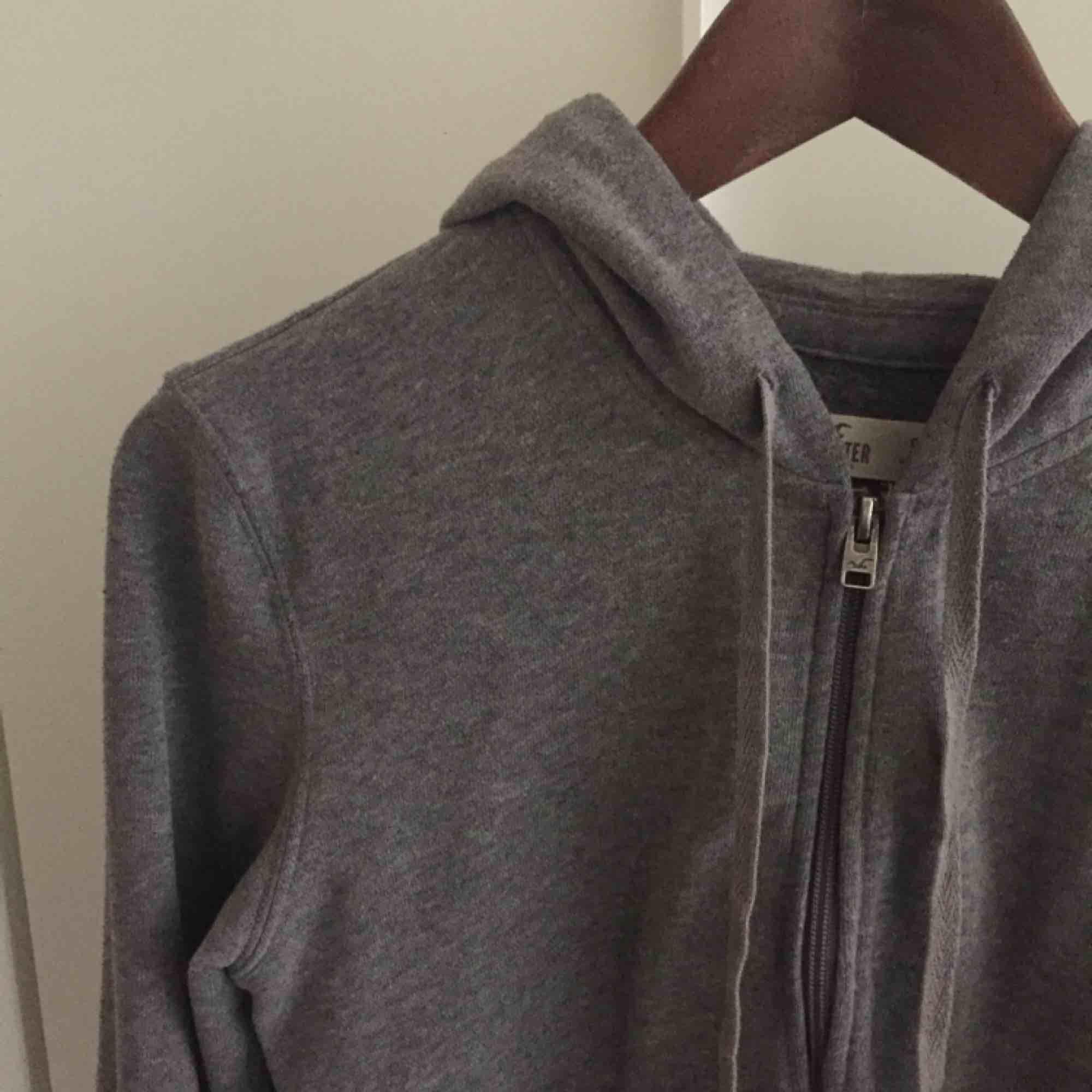 Mysig Hollister hoodie med dragkedja, mellangrå. Normalt begagnat skick!. Huvtröjor & Träningströjor.