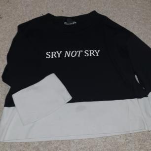 Croppad men ändå lös tröja med text