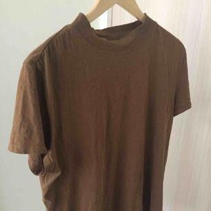 Jättefin enkel t shirt från zara! Skulle säga att det mer känns som en storlek M än L och den passar även mig lagom som är storlek S.
