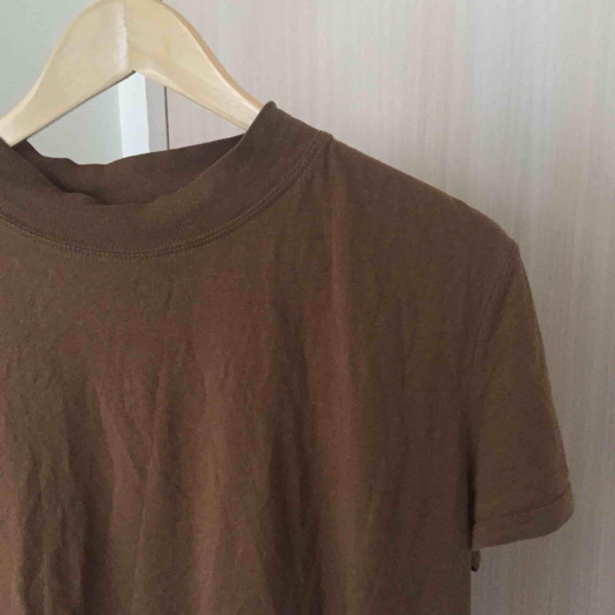 Jättefin enkel t shirt från zara! Skulle säga att det mer känns som en storlek M än L och den passar även mig lagom som är storlek S. . T-shirts.