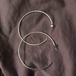 Ett par örhängen, silver. 10kr. Aldrig använda