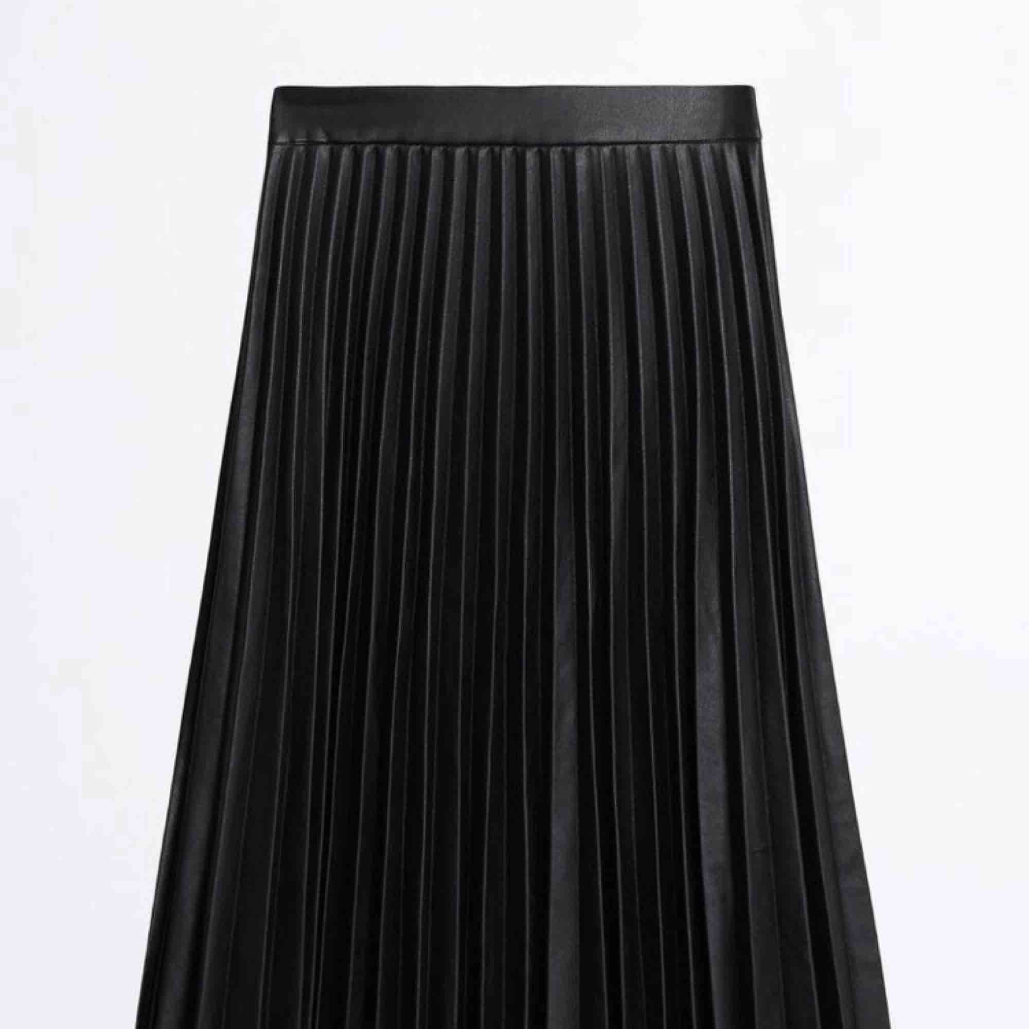 Svart plisserad kjol ifrån Ginatricot Har bara använt 1 gång tidigare. Kjolar.