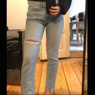 Skitsnygga jeans från Mango. Är i storlek 34 men är egentligen en blandning mellan storlek 34/36