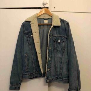 Gap jeans jacka med foder detalj på kragen. Passar perfekt nu till hösten med en hoodie under!!